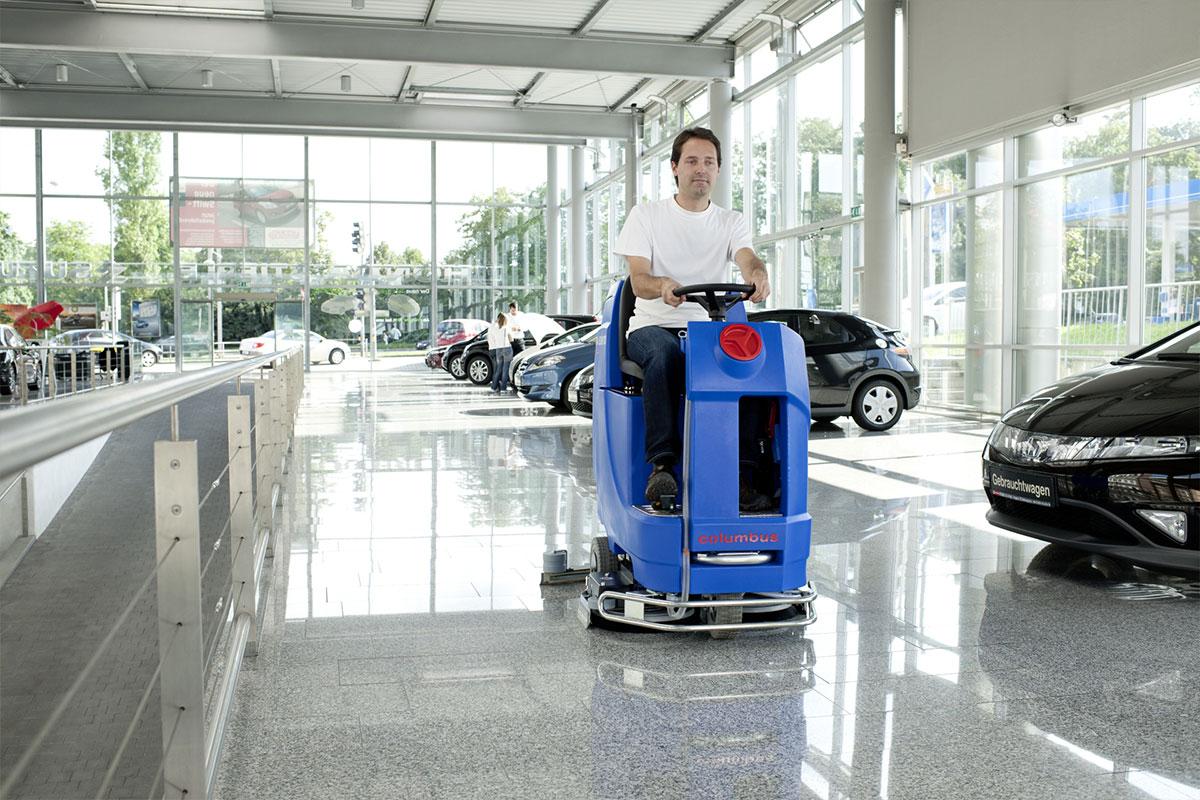 Reinigungsautomat Scheuersaugmaschine ARA80BM100 Autohaus reinigen