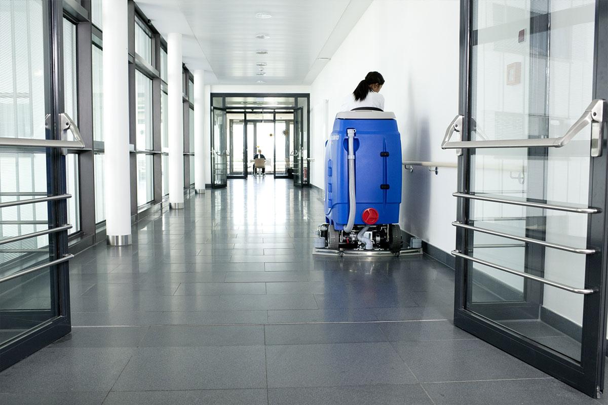Reinigungsautomat Scheuersaugmaschine ARA80BM100 randnah reinigen