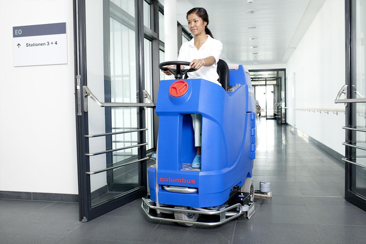 Reinigungsautomat Scheuersaugmaschine ARA80BM100 Firmengebäude reinigen