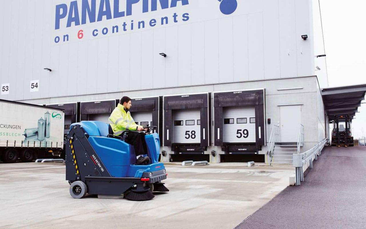Transport / Logistik Boden großflächig reinigen